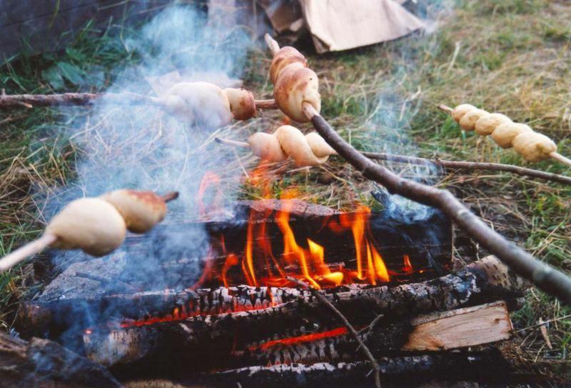 Stockbrot und Kartoffeln aus dem Feuer