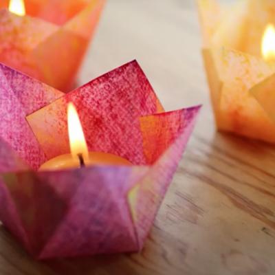 Eine gefaltete Blüte mit Kerze