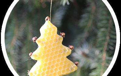 Tannenbaum-Anhänger aus Bienenwachsplatten mit Nelken